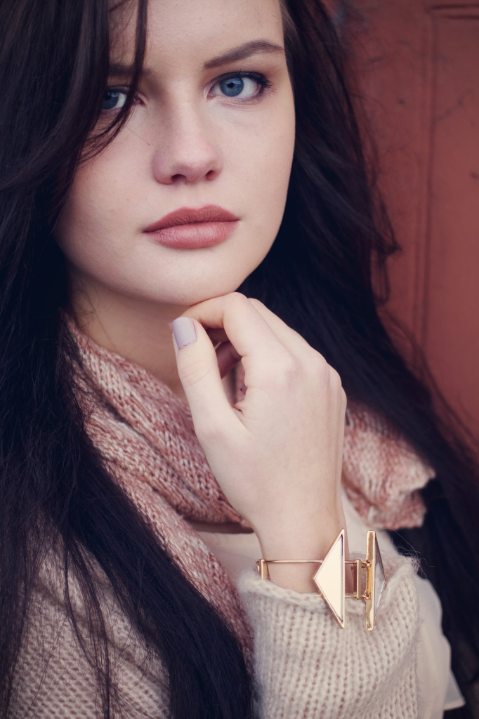 brunette-wearing-topshop-mirror-bracelet
