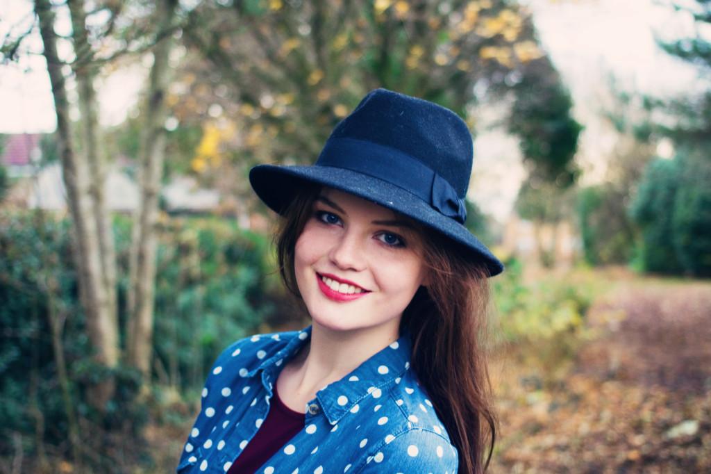 smiling-brunette-wearing-black-newlook-fedora