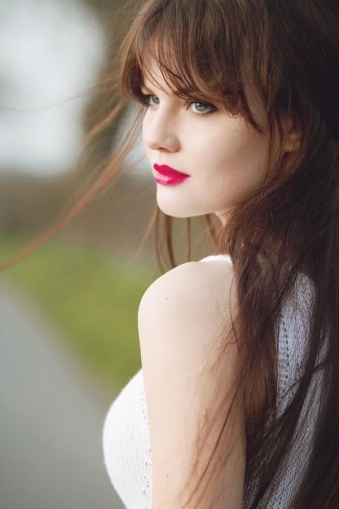 brunette-looking-back-pink-lipstick