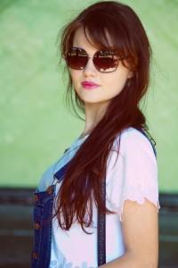 Brunette blogger wearing sunglasses and denim