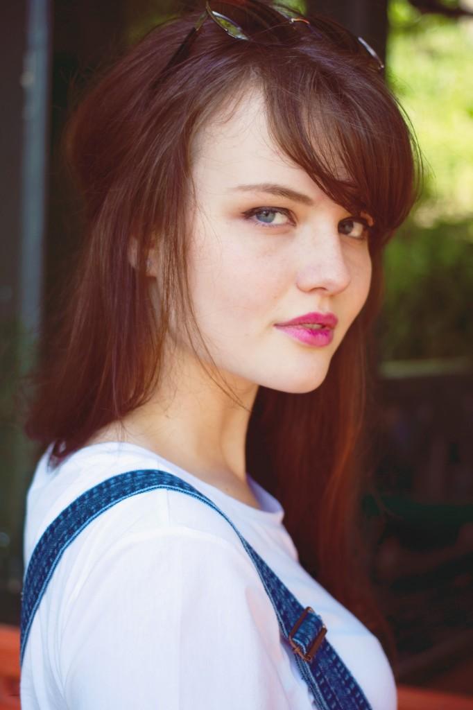 brunette-wearing-pink-lipstick