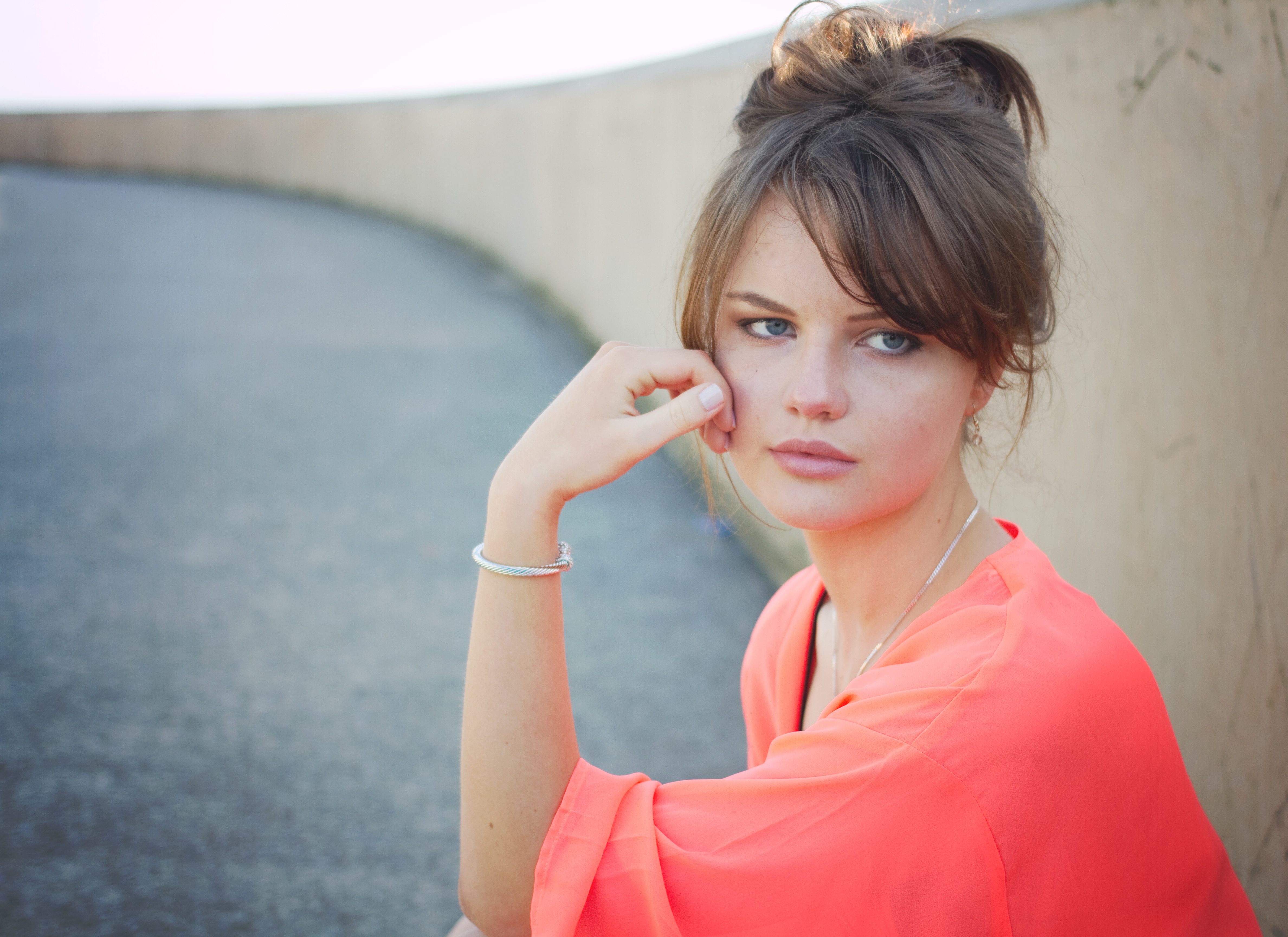 UK teen fashion blogger on beachfront wearing coral pink kimono