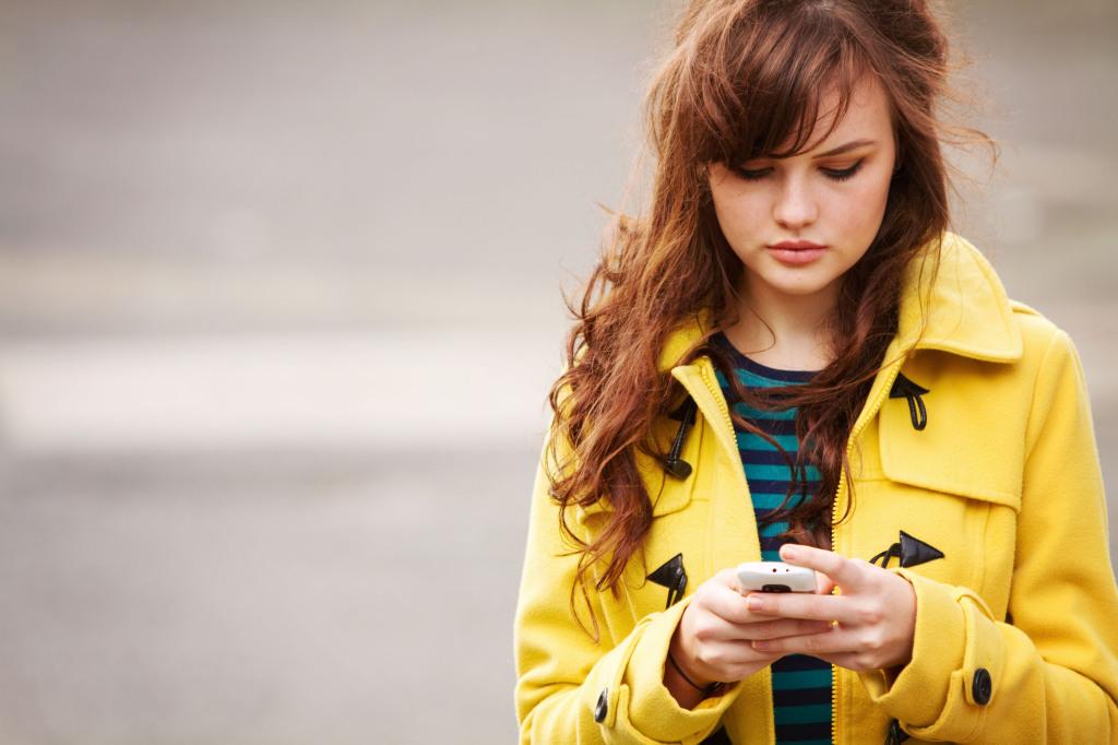 brunette-texting