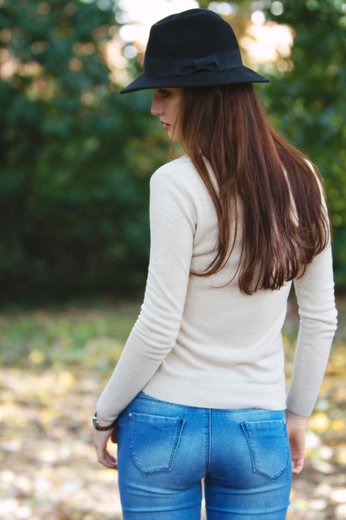 brunette-wearing-fedora-looking-over-shoulder