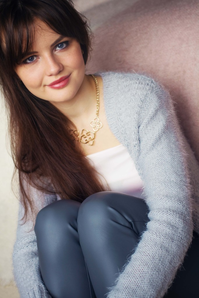 blogger-wearing-h&m-grey-leather-trousers