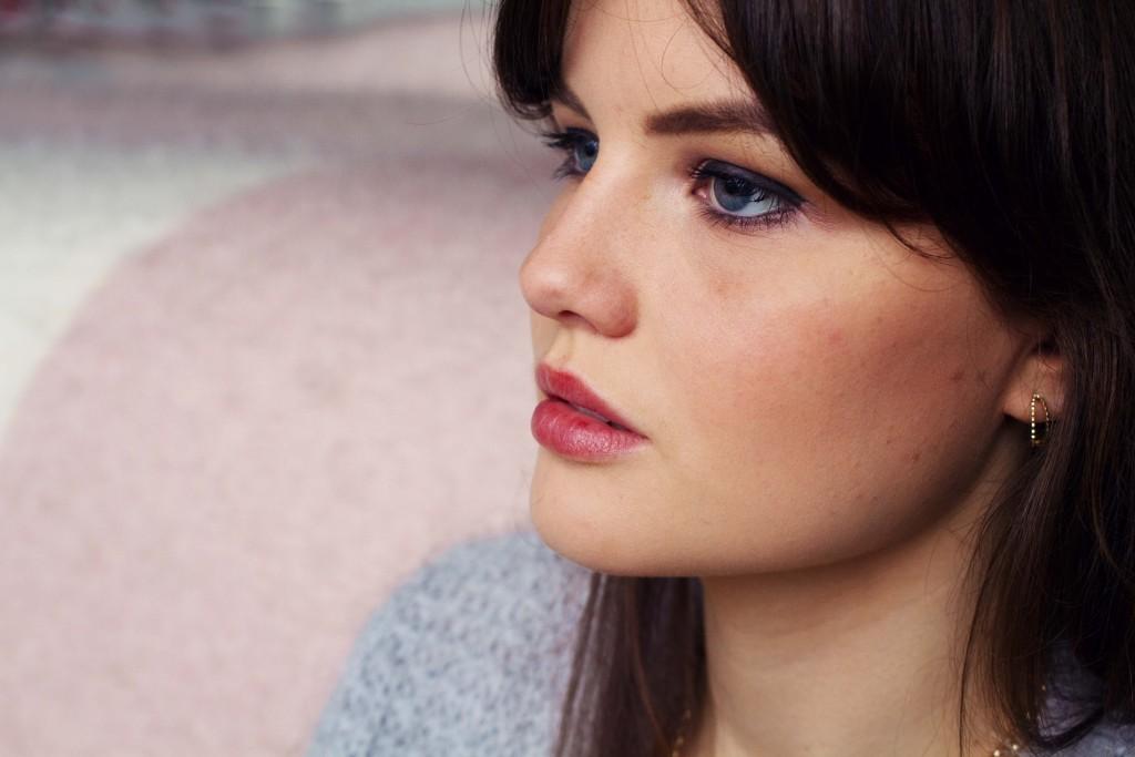 blue-eyed-brunette-blogger