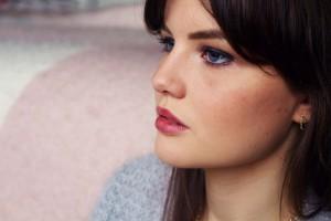 Teen blogger wearing neutral make-up