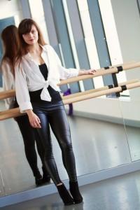 Blogger wearing white shirt tied over black leggings