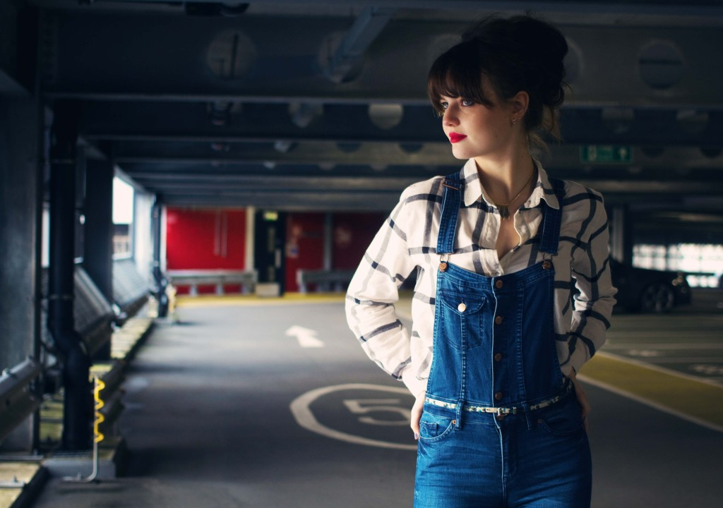 brunette-blogger-wearing-denim-dungarees