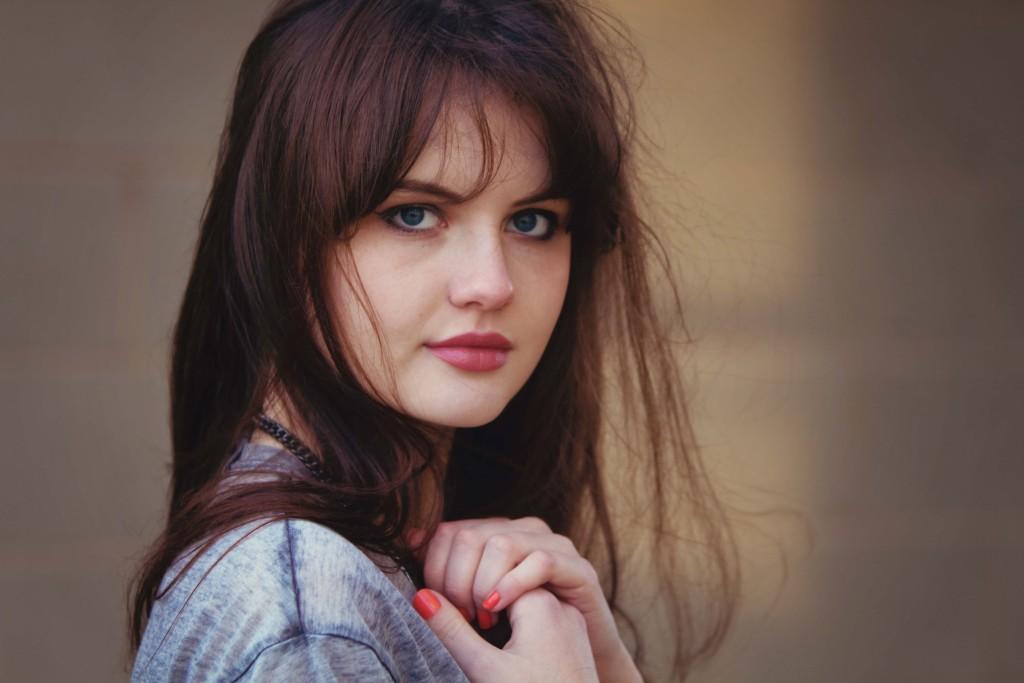 brunette-wearing-rimmel-kate-moss-lipstick