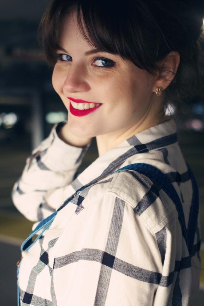 teen-blogger-wearing-plaid-shirt