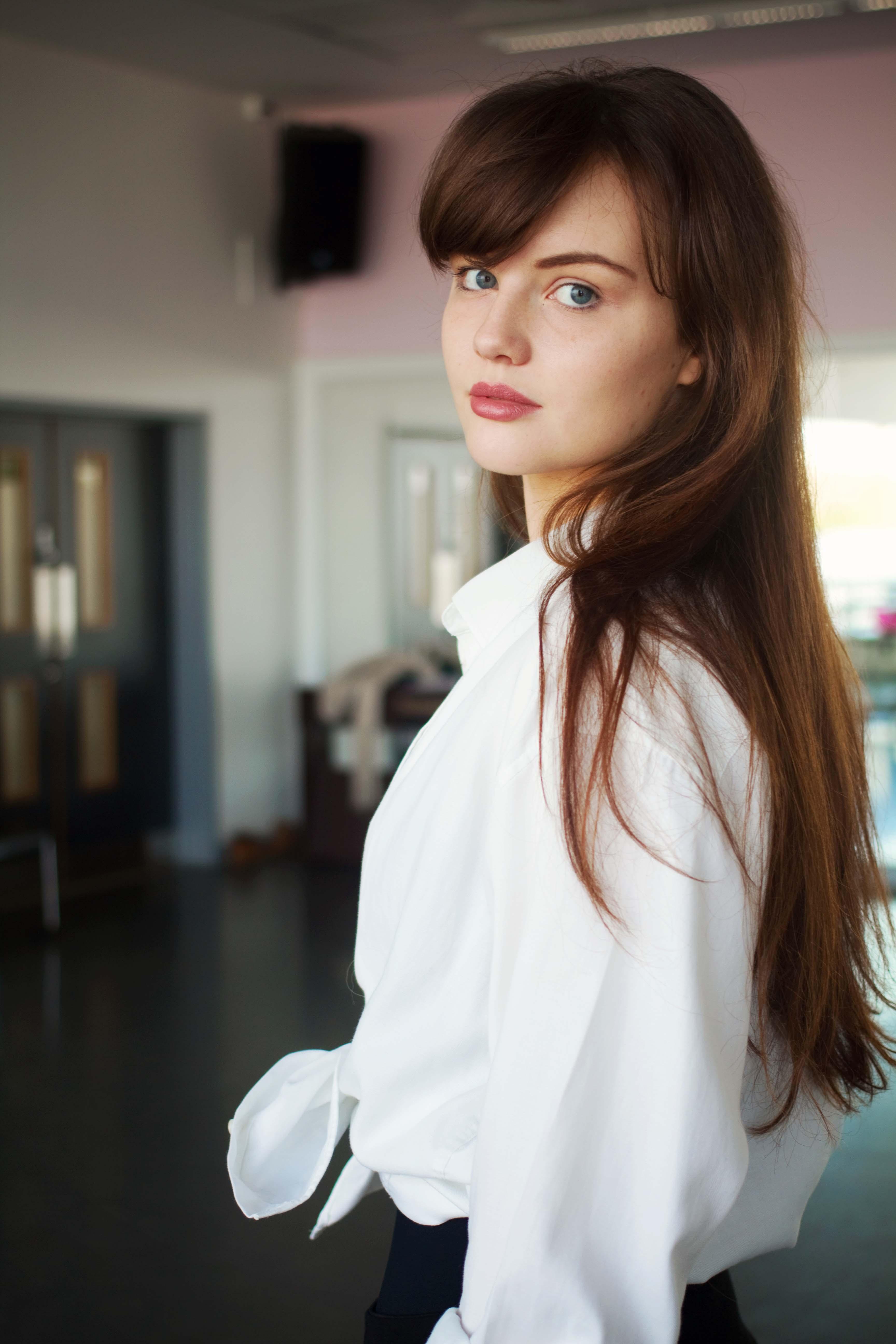 UK blogger wearing loose fit white shirt