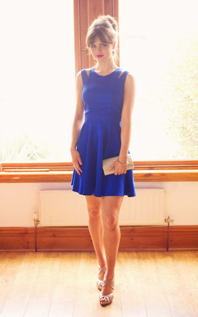blogger-wearing-blue-lipstick-boutique-dress