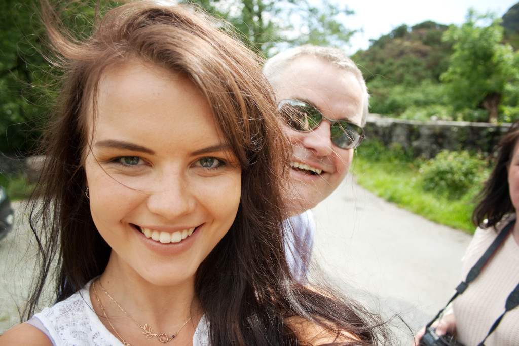 dad-photobombing-selfie-again