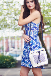 UK teen blogger wearing blue and white dress with white drawstring bag