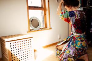 Fixing hair. Sari kimono