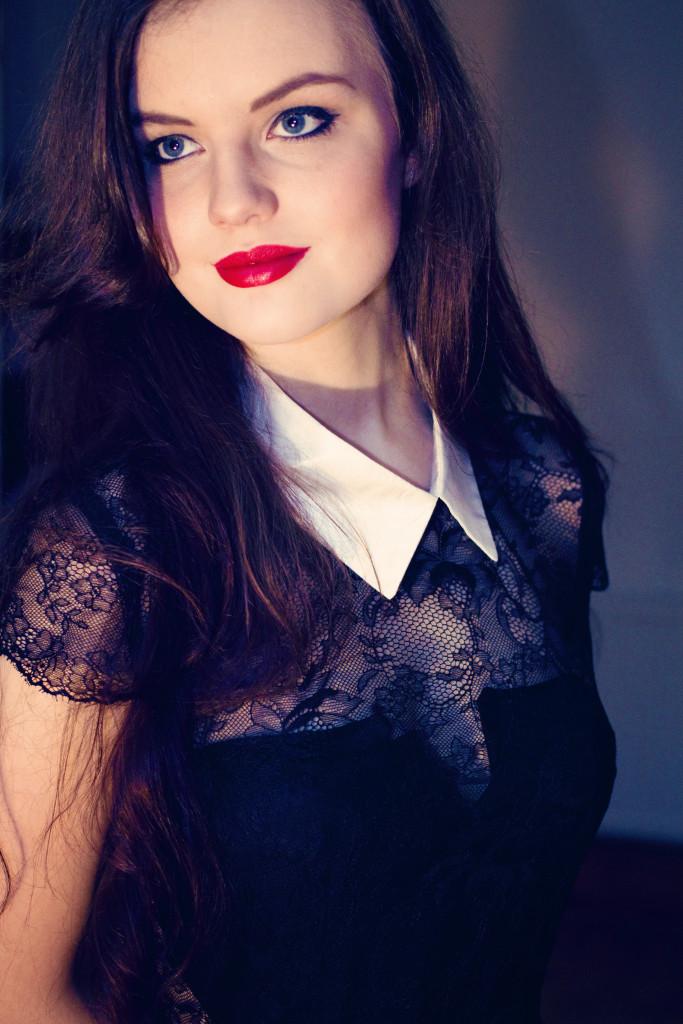 brunette-wearing-red-lipstick