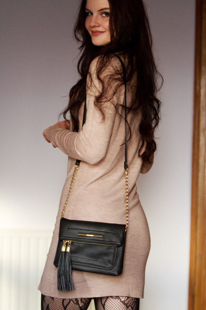beige-dress-black-handbag