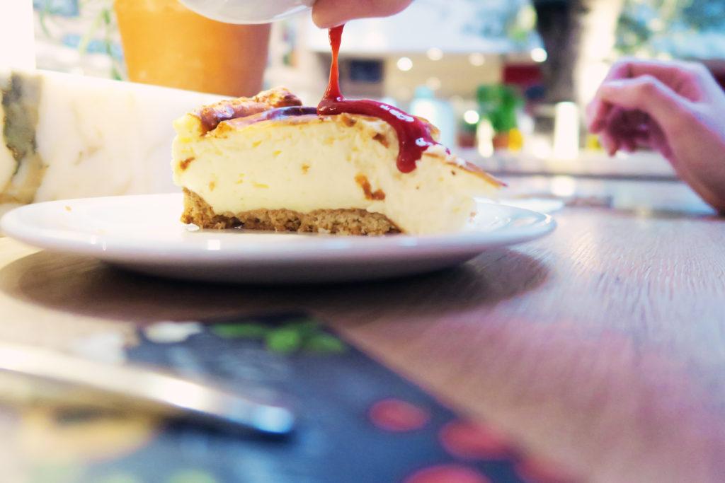 cheesecake-with-raspberry-sauce