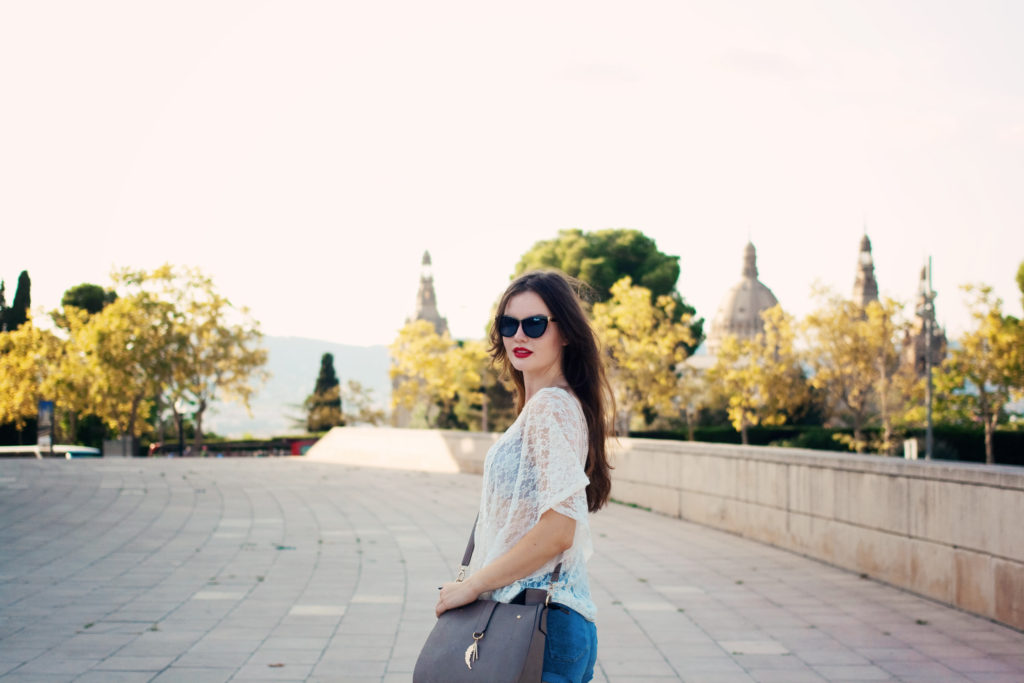 red-lipstick-sightseeing-outfit