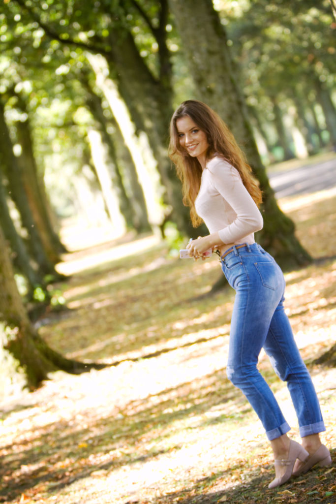 teen-girl-ripped-jeans-croped-top