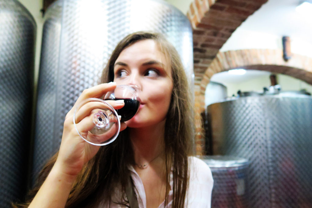 blogger-drinking-red-wine