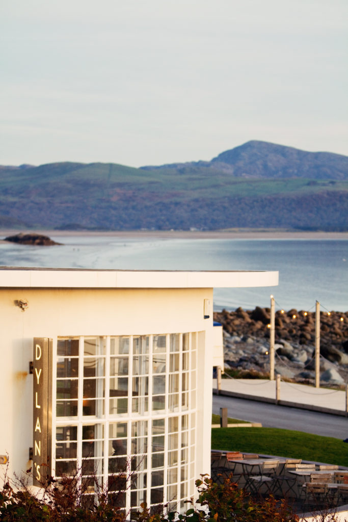 dylans-restaurant-on-criccieth-beach