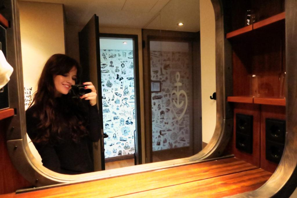 hotel-bathroom-mirror-selfie