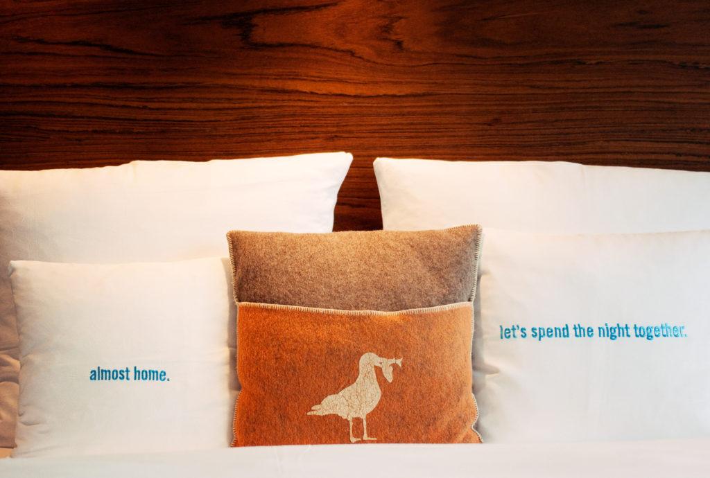white-hotel-bedding