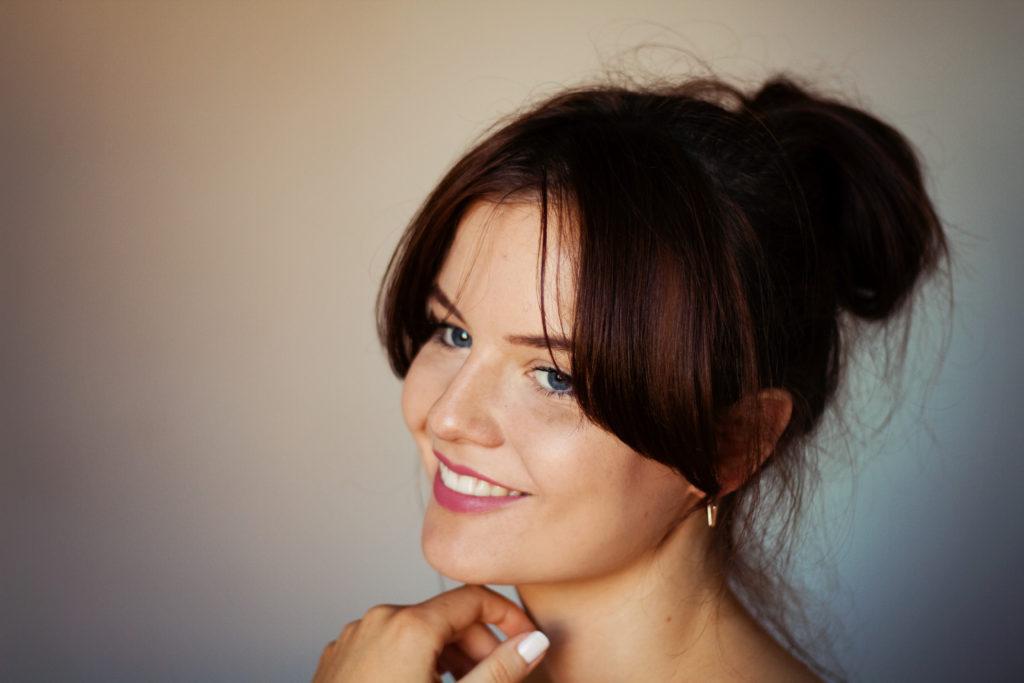 smiling-girl-messy-hair